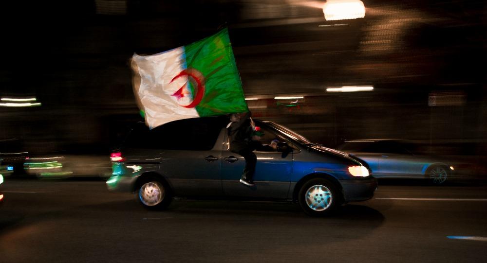 La position phare du supporter algérien lors d'un défilé.